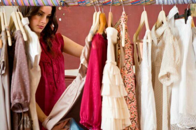 Женщина выбирает блузку
