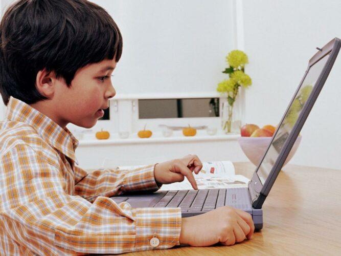 Ребенок играет в компьютер