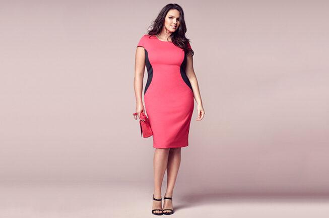 Полная модель в розовом платье