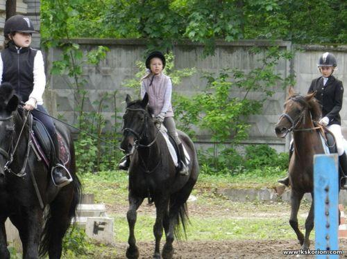 Дети катаются на лошадях