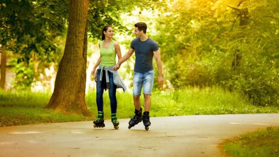 Парень и девушка катаются на роликах