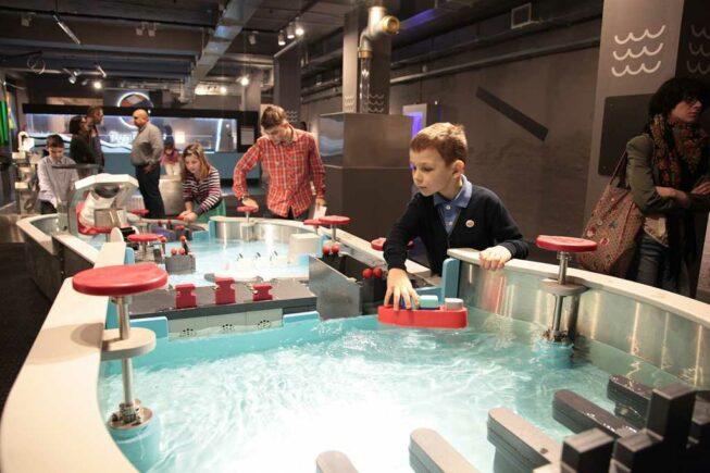 Дети в музее Экспериментариум