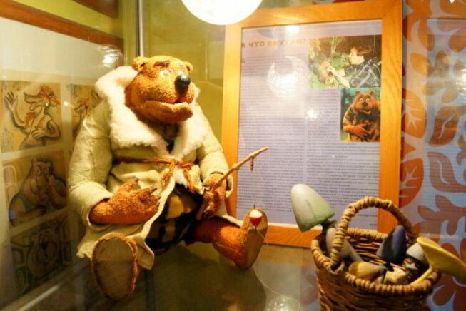 Игрушечный медведь в музее анимации