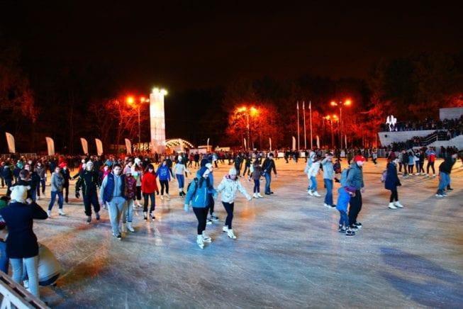 Люди катаются на коньках в парке
