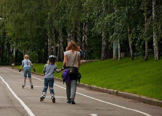 Мама с ребёнком гуляют в парке