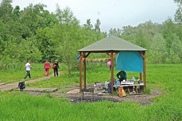 Зона отдыха с беседкой и мангалов с долине реки Сетунь