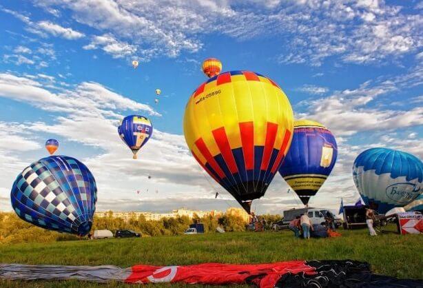 Несколько воздушных разноцветных шаров