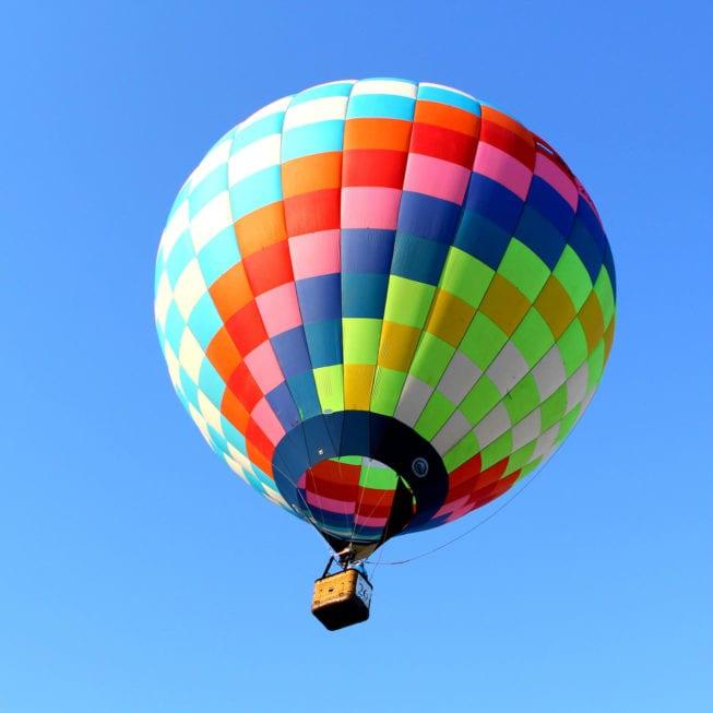 Разноцветный воздушный шар в небе