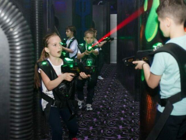 Дети играют в лазертаг