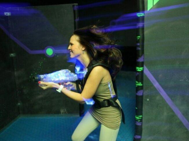 Девушка играет в Лазертаг