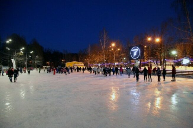 Ледовый каток в Измайловском парке в Москве